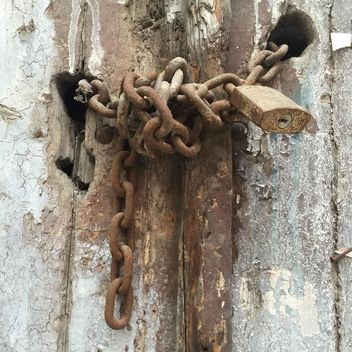 rusty lock on an old wooden door - image gratuit #305769