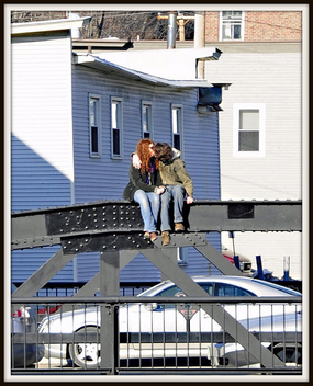 Kiss on a Bridge - image #308369 gratis