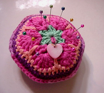 AFRICAN FLOWER pincushion with long pearlized pins - image gratuit #308939