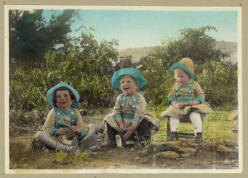 Vintage Portrait Photo Picture of three children sitting on a hillside - бесплатный image #314149