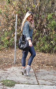 denim leggings+gray ankle boots+rosegold shoes+salvatore ferragamo bag+cropped denim jacket+long blonde straight hair+outfit+fashion blog - image #314489 gratis