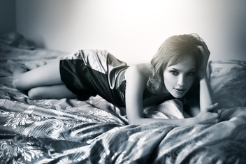 Young beautiful woman lying on a bed - image #315379 gratis
