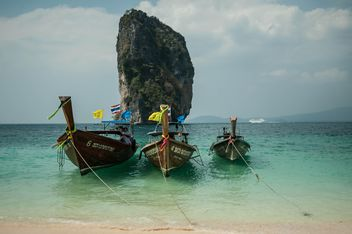 Fishing boat on a beach - image gratuit #317419