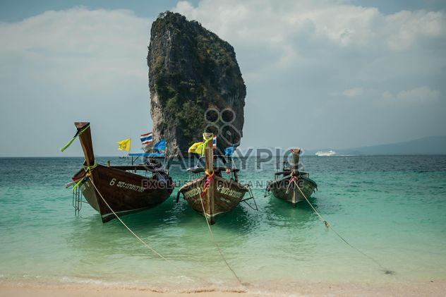 Fishing boat on a beach - бесплатный image #317419