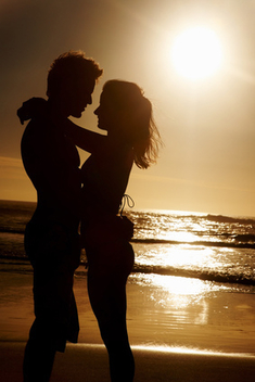 A young couple romancing at the beach - бесплатный image #317959