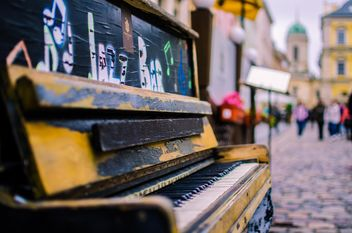 Old piano on the street of Lviv - бесплатный image #326559