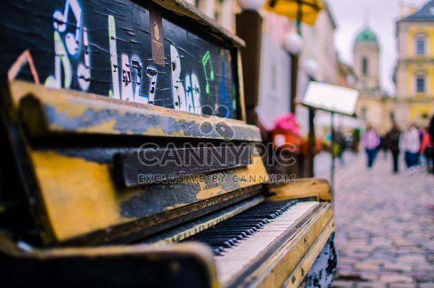 Old piano on the street of Lviv - image #326559 gratis