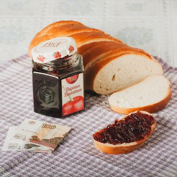 Bread and jar of jam for 3 dollars - image gratuit #327329