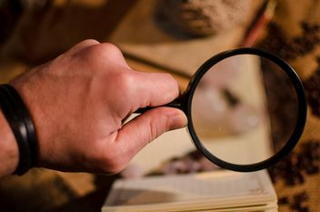 Hand holding magnifying glass - бесплатный image #327349