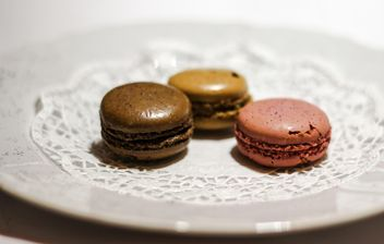 Three brown macaroons - image gratuit #327759