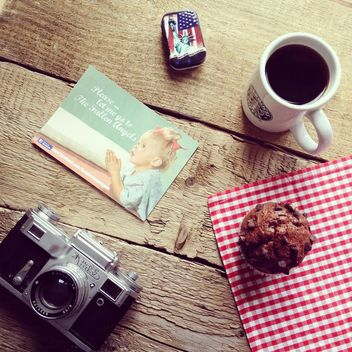 Old camera, cup of coffee, card and cupcake - image #329119 gratis