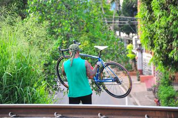 Man carries a bicycle - бесплатный image #330349