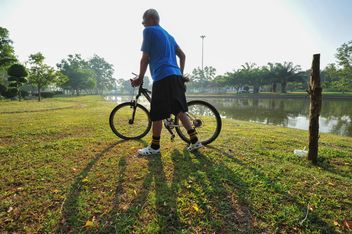 Man riding a bicycle - image #330359 gratis