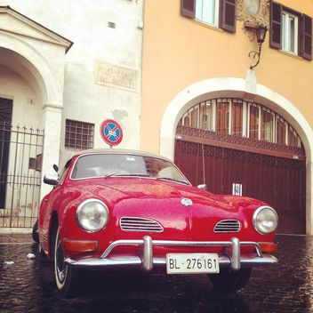 Red Volkswagen car near building - image gratuit #331059