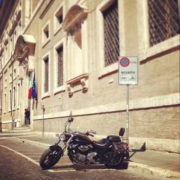 Black motorcycle near building - бесплатный image #331449