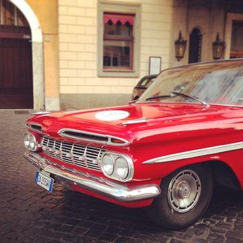 Retro red car in the street - Kostenloses image #331719