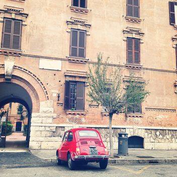 Red Fiat 500 near the house in Rome - бесплатный image #331779
