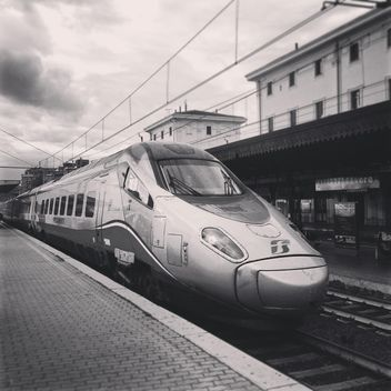 Modern train at station - image gratuit #331829