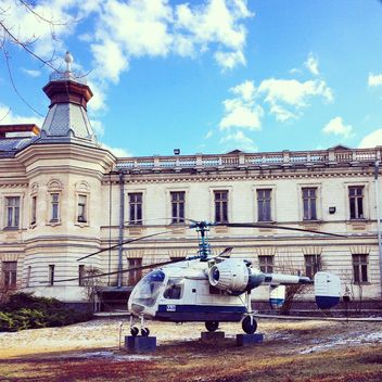 Helicopter in front of building - image #332079 gratis