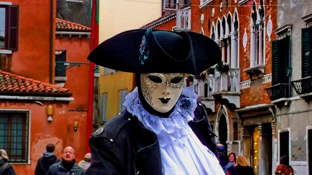 people in masks on carnival - image gratuit #333609