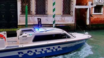 Police Boat on Venice channel - image #334969 gratis
