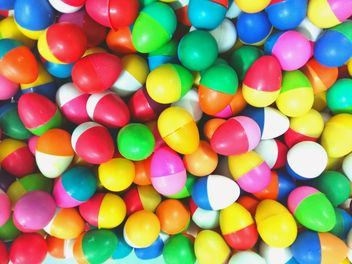 Multi-colored balls in a pile - image gratuit #335179