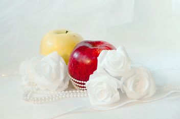 Apples, white roses and beads - image #337829 gratis
