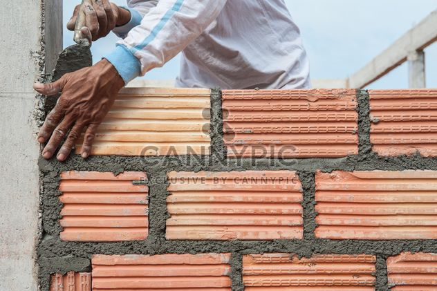 Construction worker laying bricks - image #338259 gratis