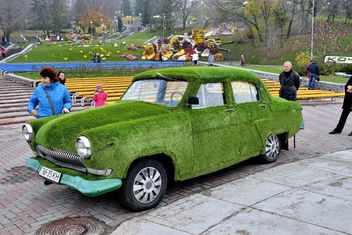 Car covered with ivy - бесплатный image #339149