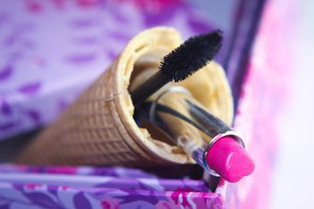Pink makeup brush and pearls on a plate - image gratuit #341469