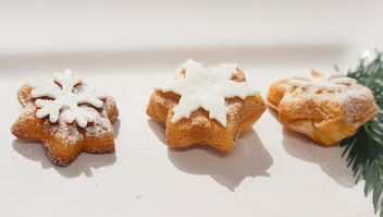 Christmas bakery with white sugar snowflakes - бесплатный image #342079