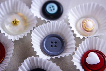 buttons in paper vase for cupcake - image #342089 gratis