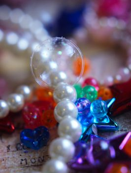 Vanilla still life with pearls and glitter - image gratuit #342099