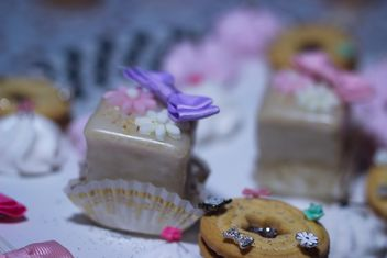 cookies decorated with flowers and ribbons - image gratuit #342119