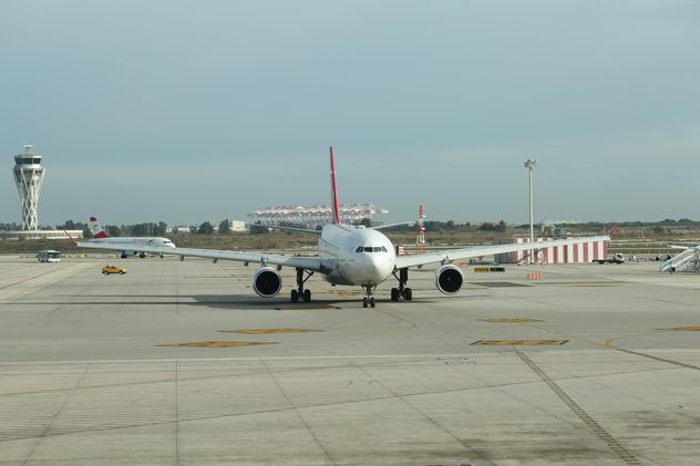 Turkish Airlines Airplane ready for take off at Barcelona Airport, Spain - бесплатный image #346959
