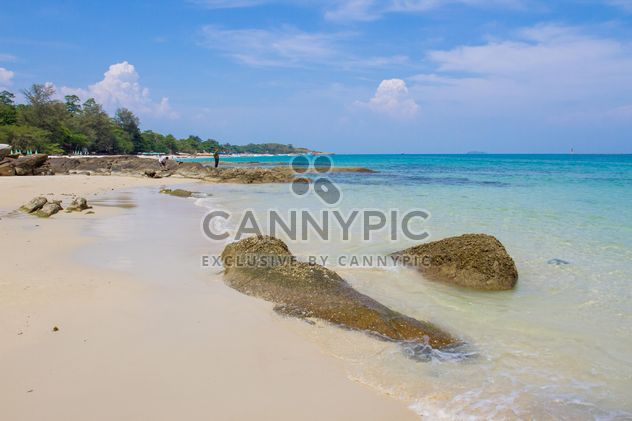 Beach of Samed island under blue sky - бесплатный image #347189