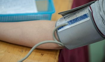 Person checking blood pressure at table - image gratuit #347259