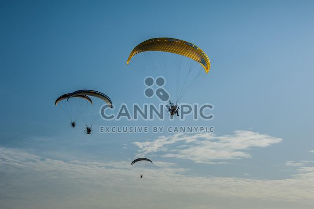 Paragliders flying in blue sky - Kostenloses image #347309