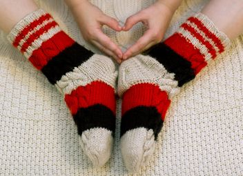 Child's feet in warm knitted socks - бесплатный image #347969
