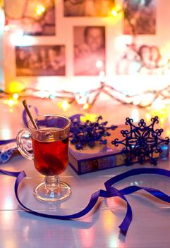 Hot tea and Christmas decorations - image #347989 gratis