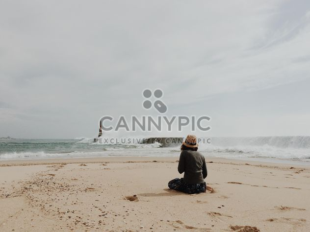 Woman on seashore - image #394819 gratis