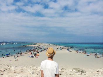 man standing backwards Formentera - image gratuit #439179