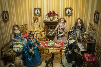 porcelain dolls in retro interior - бесплатный image #448179