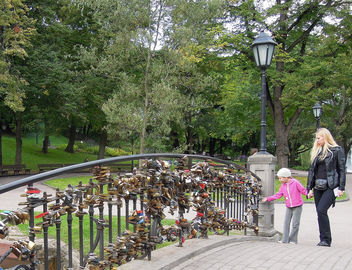Latvia (Riga) Little girl interested in the love locks at bridge in Bastion Hill Park - image #448839 gratis