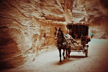 Bedouin carriage in Siq passage to Petra - бесплатный image #449589