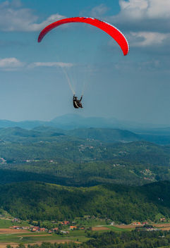 Paragliding over beautiful landscape - бесплатный image #449829