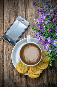 Coffee with crackers, flowers and smartphone - image gratuit #452449