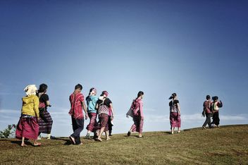 People walking on the hill - image gratuit #452479