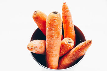 Top view of carrots in a bowl. White background . Close up.jpg - image gratuit #454249