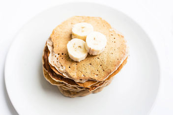Top view of homemade vegan banana pancakes topped with banana pieces - image gratuit #458249